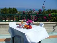 Con il bel tempo si può pranzare nel terrazzo panoramico